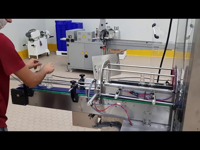Pilfer proof alüminium kapak sıvı dolum makinesi. Otomatik sıvı dolum makinesi.