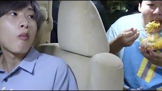 車内でご飯食べながら爆笑動画で大盛り上がり!www