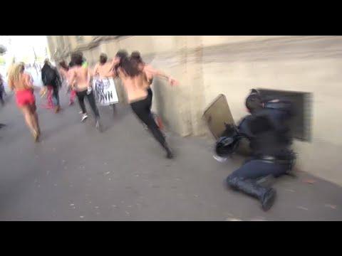 Un Policía choca contra la pared al intentar atrapar a una chica en † topless †
