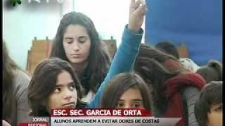 ESCOLA SEC. GARCIA DE ORTA -  ALUNOS APRENDEM A EVITAR DORES DE COSTAS