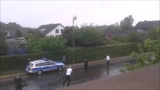 FLÜCHTLING LÄUFT MIT MESSER GEGEN POLIZEI HERUM