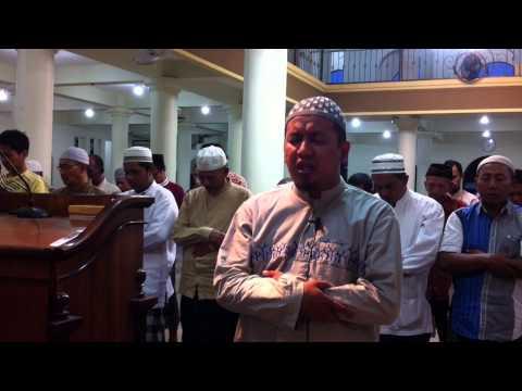 Ustadz Muhammad Alfan mengimami Sholat Maghrib