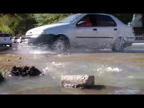 Un gran río de mierda corre por Avenida Argentina