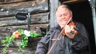 Knut Buen river av seg eit par soger frå scenekanten