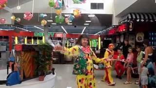 Работа клоуна, снято без монтажа.(Работа клоуна, снято без монтажа. Клоун развлекает посетителей ТЦ