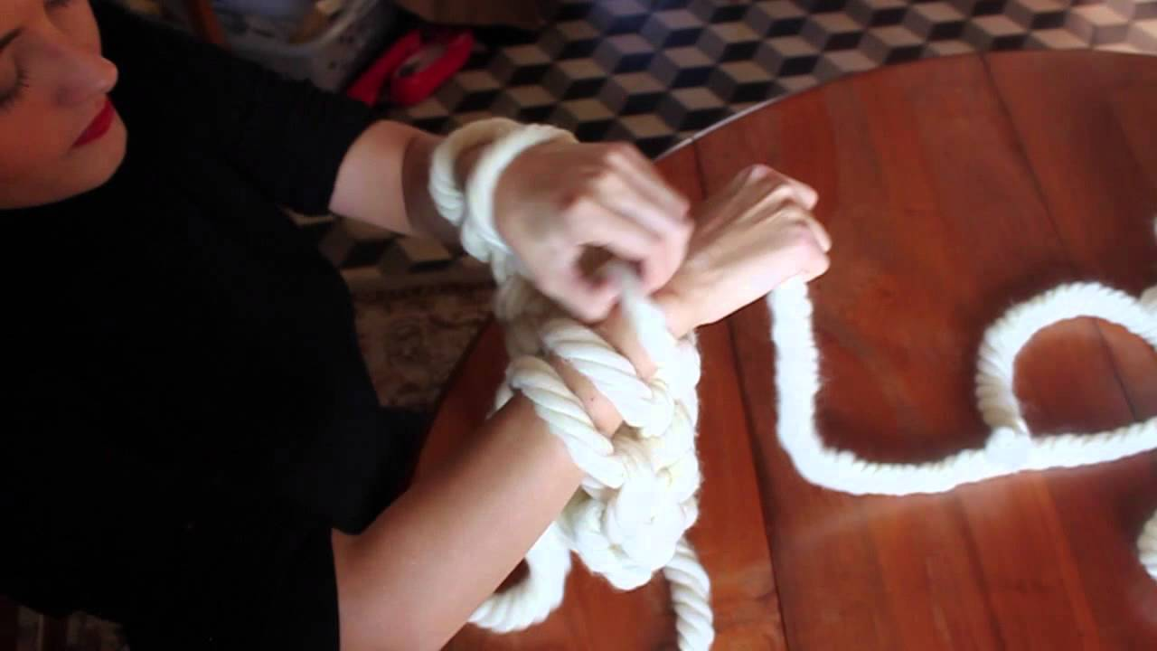 Diy tricot avec les bras knitting with arms avec tutoriel youtube - Tricot avec les bras couverture ...