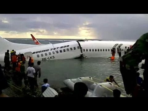 Avião cai no mar em Bali