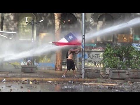 شاهد: مواجهات عنيفة بين المتظاهرين و شرطة مكافحة الشغب في تشيلي …  - 07:58-2019 / 11 / 13