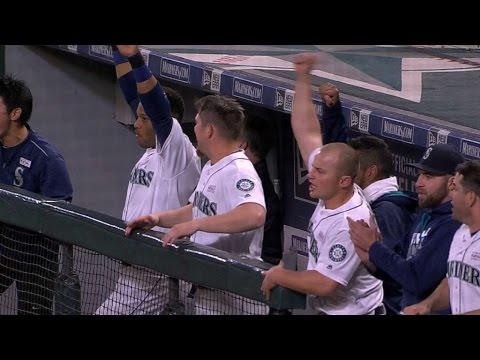 LAA@SEA: Mariners plate five runs in the 8th inning