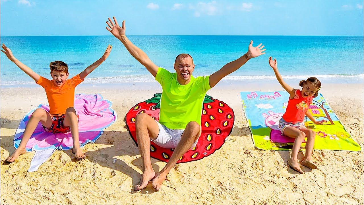 Катя и Макс играют на пляже