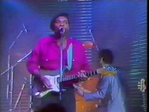 robert-cray-wrapped-up-phone-booth-the-tube-1986-mrbuzzzaldrin