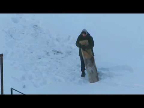 Житель Минска избивает ковер или Танго с ковром