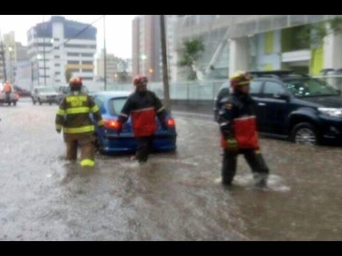 Fuerte lluvia inunda calles y provoca caos en vías de Quito