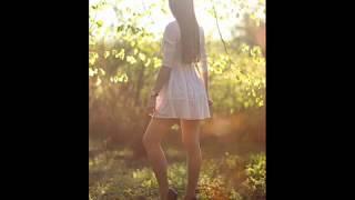 Красивые девушки, короткие юбки, чулки и высокие каблуки.