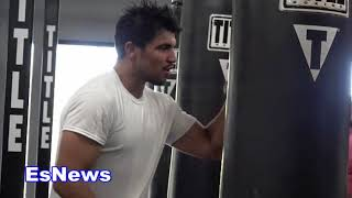 Victor Ortiz Working Mitts With Parkinson's patients EsNews Boxing