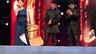 Kanika Kapoor And Meet Brothers At AIBA Awards Dubai