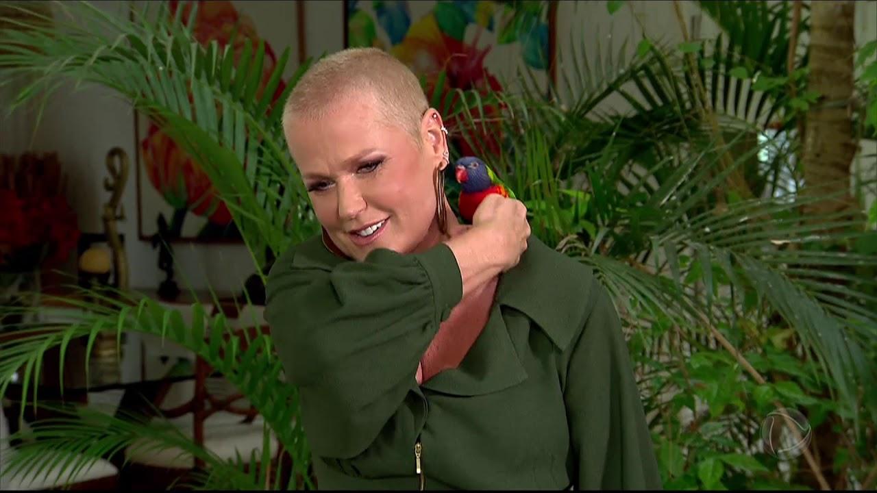 Xuxa abre as portas de casa e fala sobre o começo da carreira