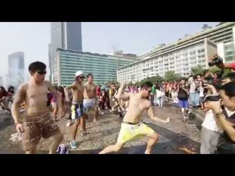 Gangnam Style Flashmob (illegal mob) - Happy Holiday Indonesia #5