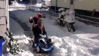 Dos lindas niñas jugando con la nieve