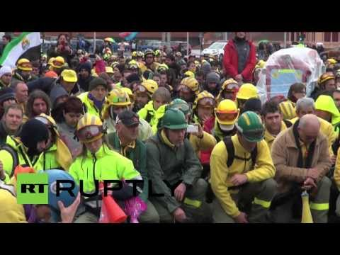 Spain: Firefighters organise 'Wave of Fire' protest in Madrid