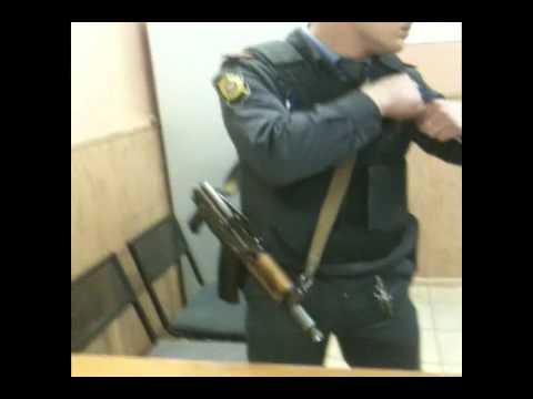"""Полиция выталкивает депутата ГД из ОВД """"Тверской"""""""