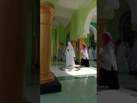 video memuat, keberangkatan jama'ah umroh bersama Al Fatah Tour Bondowoso yang sangat mengharukan da.