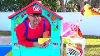 Niños y papá jugando a la tienda de juguetes