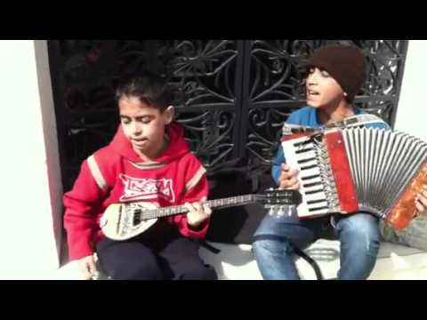 Gypsy Kings - Greek Gypsy kids playing Prigipesa (Greek music)