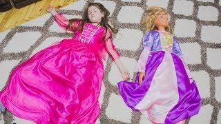 Яна и кукла Настя собирается на вечеринку для принцесс