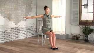 腕を鍛えられる他、肩こり改善や呼吸を楽にするためにも効果的なエクササイズです。 腕を伸ばす際、腕が反り返らないように気をつけましょう...
