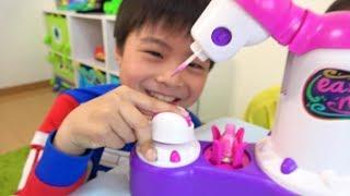 マニキュア 失敗!! おゆうぎ こうくんねみちゃん plays with Nail polish machine for kids
