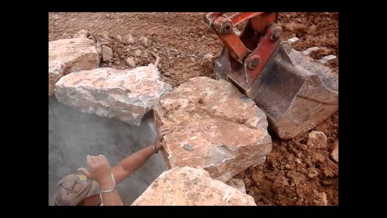 Terrassement et enrochement piscine youtube for Terrassement piscine