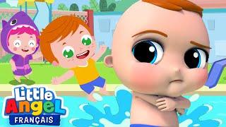 Magnifique journée sur le bord de la piscine aujourd'hui. On nage en famille, mais on doit dabord mettre ses brassards et de la crème solaire. Bébé Louis ne ...