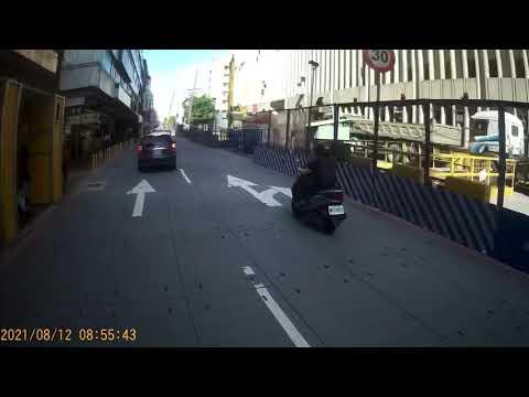 闖紅燈差點撞到路人的三寶