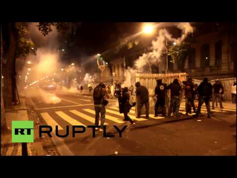 Brazil: Police and Black Bloc violent clashes at Rio teachers' protest