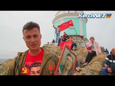 Керчанин водрузил флаг Победы на Вечном огне 9 мая