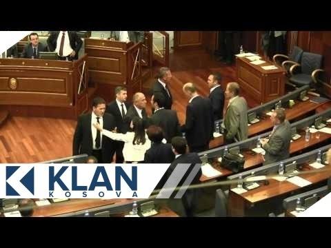 Kryeministri Mustafa, në momentin e gjuajtjes me vezë - 22.09.2015 - Klan Kosova
