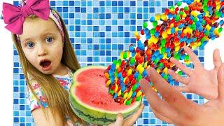 Милли развлекается и делает полезные конфетки из фруктов