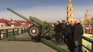 Смотреть видео В Санкт-Петербурге полуденный выстрел с Петропавловской крепости был дан в честь Дня космонавтики онлайн