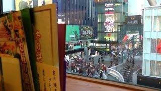 かに道楽の窓から見た大阪道頓堀の戎橋(ひっかけ橋)Dotonbori viewed from Kani Doraku