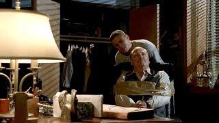 Майкл Скофилд связывает директора тюрьмы. Побег