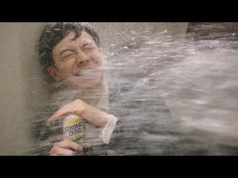 ウエンツ瑛士、天海祐希に熱烈アピールもずぶ濡れに サントリー『−196℃ ストロングゼロ』新TV-CM「果汁と果実まる GOD!」篇