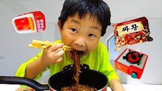 짜장면 먹고 싶어요! 예준이와 아빠 똘똘이 장난감 음식 요리 주방놀이 뽀로로 라면먹기 죠니죠니 예스파파 Pororo Noodle Kids Pretend Play