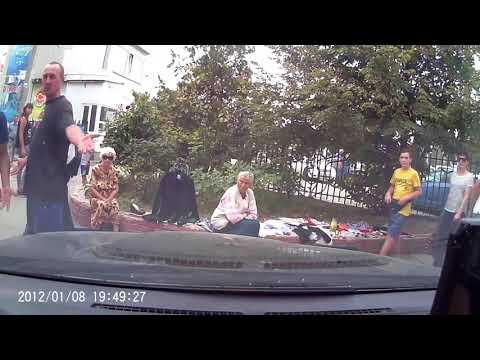 Kerch.FM: Двое мужчин побили движущийся автомобиль