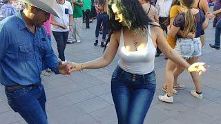 MariCarmen bailando en la plaza domigo alegre