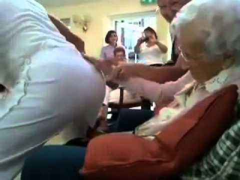 cụ già 100 tuổi hồi xuân xem múa thoat y.mp4