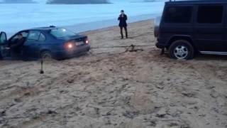 Гелик тянет БМВ застрявшую в песке на буксире)