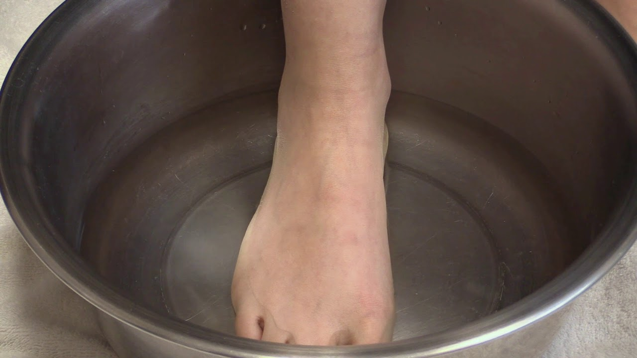 How to Soak Your Feet in White Vinegar & Epsom Salt