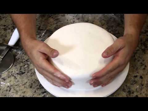 Decorando um bolo de casamento colorido
