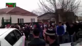 Чеченская свадьба  Борьба за почетное место  Разбивают машины не жалея